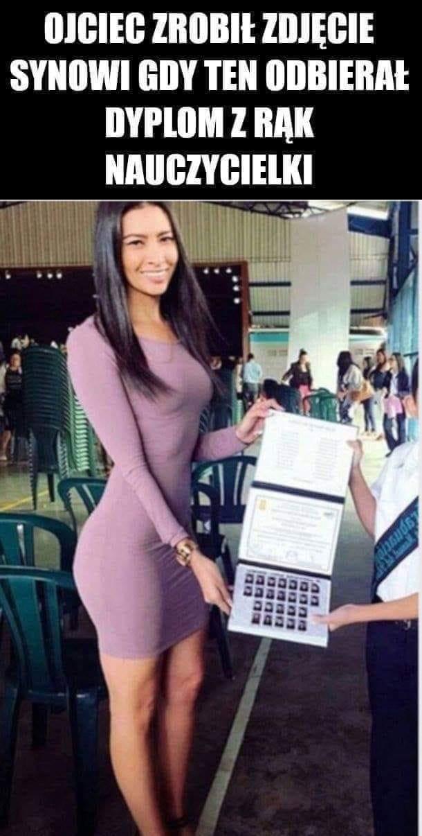 Ojciec zrobił zdjęcie synowi gdy ten odbierał dyplom z rąk